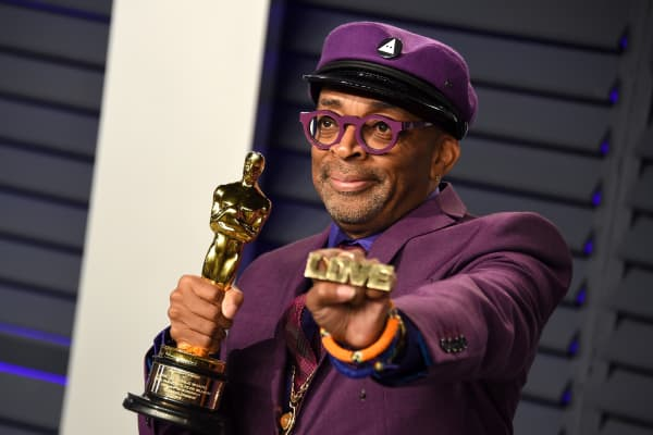 Spike Lee poses with the Oscar for 'Best Adapted Screenplay' for BlacKkKlansman during the 2019 Vanity Fair Oscar Party
