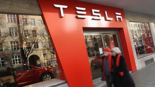 A Tesla car dealership in Munich. (Photo by Sean Gallup/Getty Images)