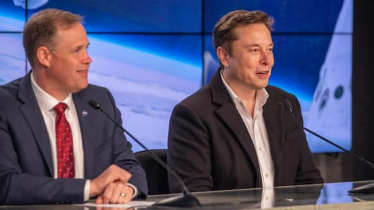Elon Musk's SpaceX appears to be the front-runner to win a valuable NASA moon mission