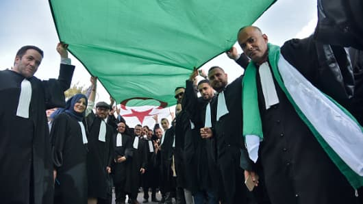 Algerian lawyers and journalists take part in a protest against their ailing president's bid for a fifth term in power, in Algiers on March 7, 2019. - One thousand Algerian lawyers staged a demonstration today in front of the Constitutional Council against President Abdelaziz Bouteflika's re-election bid, saying his ill health should disqualify him from the race.