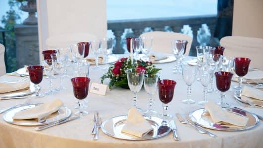 dinner table decoration for white wedding