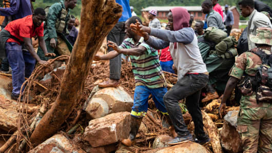 Members of the public and military personnel search for survivors and bodies in Ngangu township Chimanimani, Manicaland Province, eastern Zimbabwe, after the area was hit by Cyclone Idai.