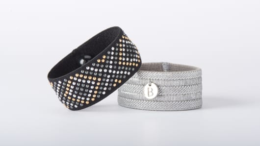 Travelers susceptible to motion sickness in cars, on planes or on cruise ships often turn to drugs or to tell-tale sets of nausea-relief acupressure bracelets.