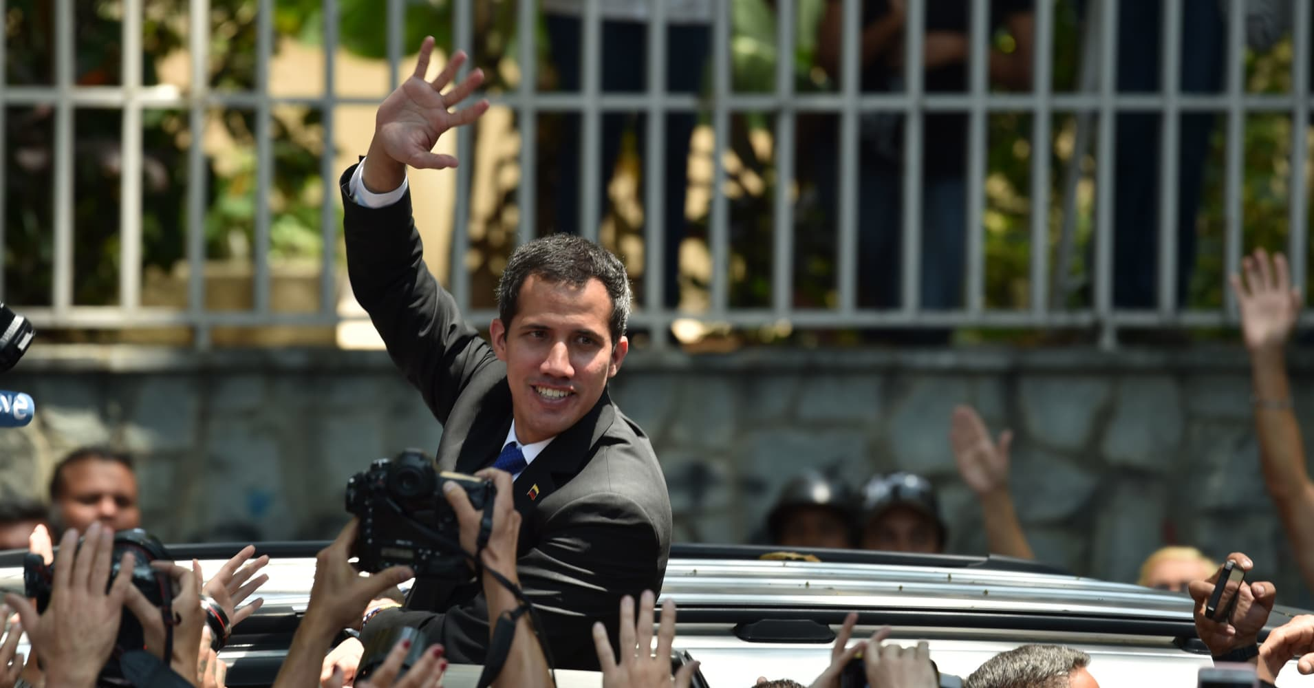 Venezuela crisis: Guaido calls for mass protests to try to oust Maduro