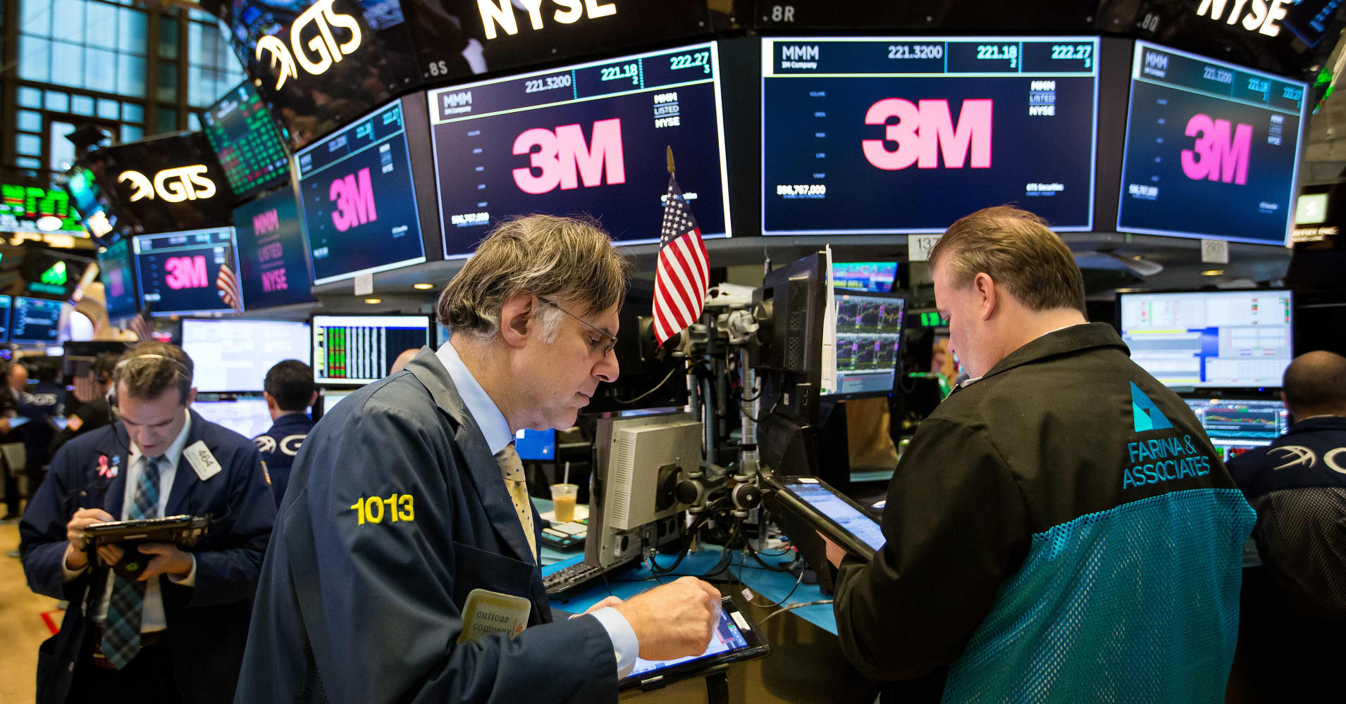 Dow falls more than 100 points as 3M suffers biggest drop in more than 30 years