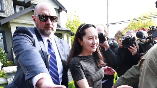 华为技术有限公司首席财务官孟万洲于2019年5月8日离开她的家,在加拿大温哥华陪同。 万州在引渡听证会之前在法庭上,并可能面临美国阴谋和欺诈的刑事指控