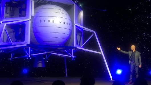 Blue Origin founder Jeff Bezos unveils the company's lunar lander.