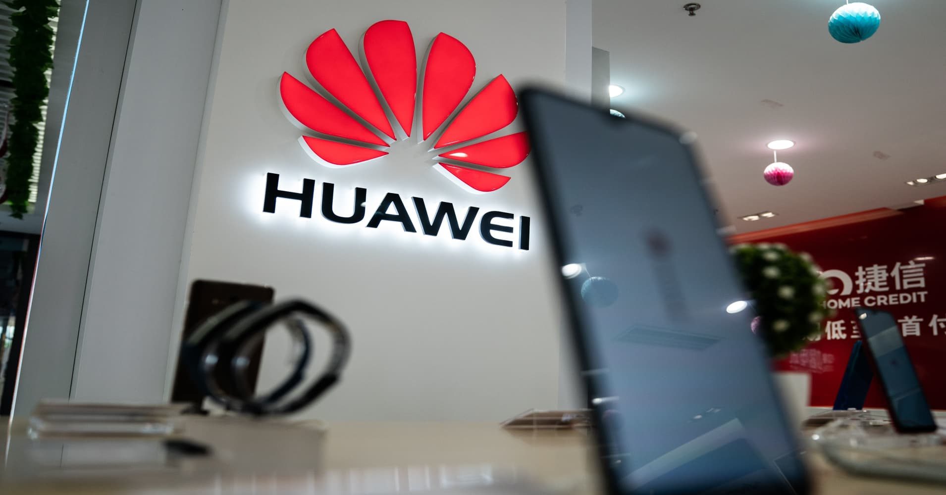 Vi sao Trump kho long noi long lenh cam Huawei?